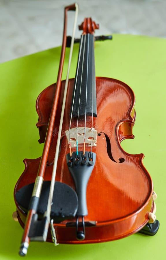 在绿色背景的小提琴,特写镜头 库存照片