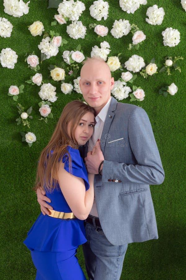 在绿色背景的浪漫夫妇 免版税库存照片