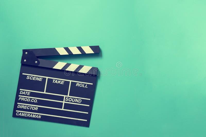 在绿色背景的电影拍板 免版税库存图片