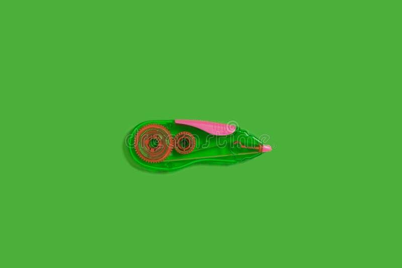 在绿色背景的磁带纠正者 免版税库存照片