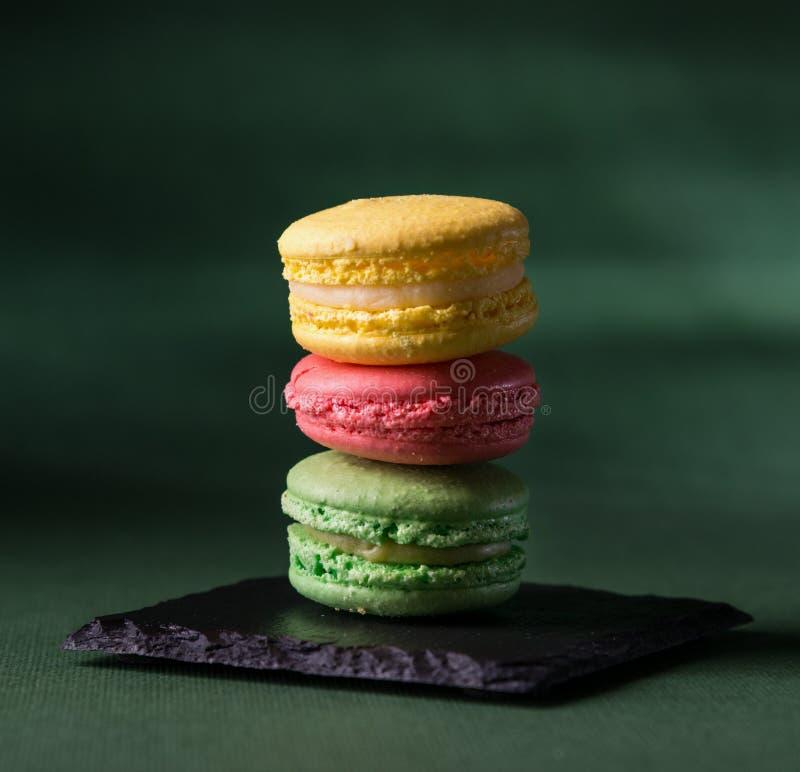 在绿色背景的被分类的macarons 库存图片