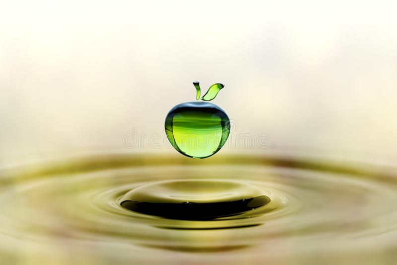 在绿色苹果形状的下跌的水下落 库存照片