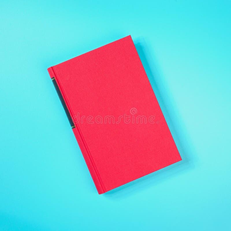 在绿色金属桌上的红色书 免版税库存图片