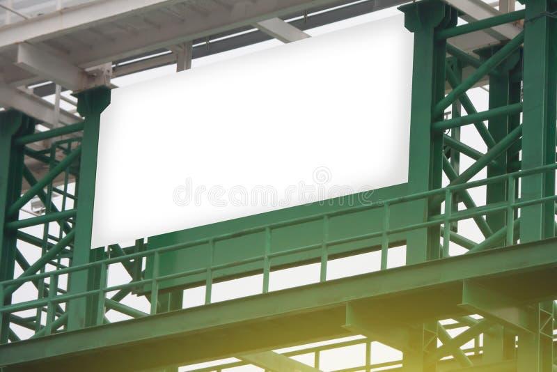 在绿色钢结构的白色广告牌 库存图片