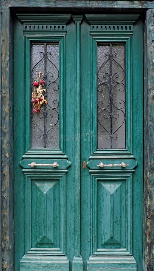 在绿色门, Galaxidi,希腊的五颜六色的花的布置 免版税库存图片