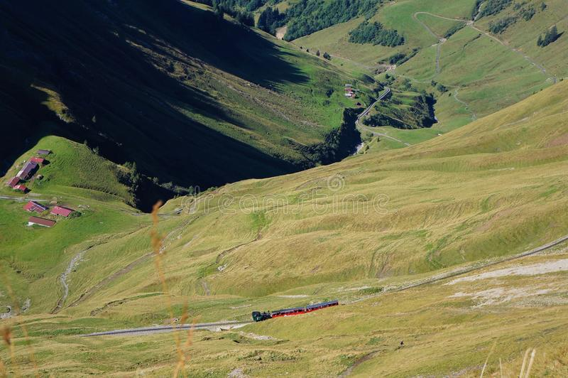在绿色领域中的Brienzer Rothorn bahn和在途中的山由Brienzer Rothorn决定 库存图片