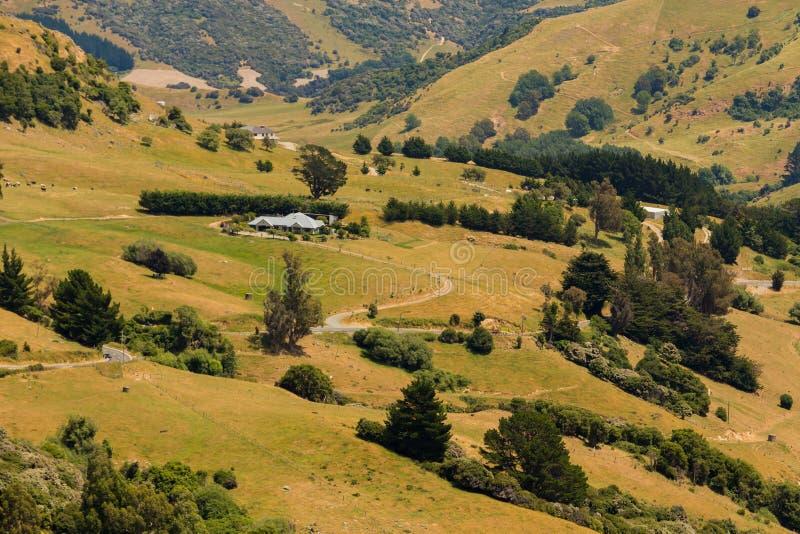 在绿色领域山坡的大角度看法 库存图片