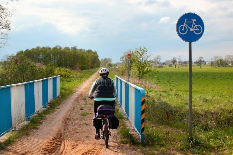 在绿色Velo自行车路线在瓦尔米亚-马祖里省,在东部的最长的一贯地明显的周期足迹的骑自行车的人乘驾 免版税库存照片