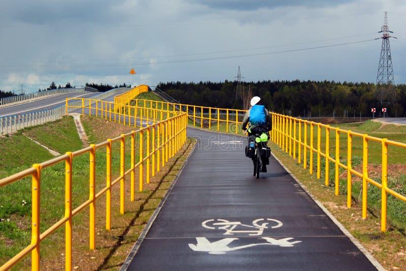 在绿色Velo自行车路线的骑自行车的人骑马,最长的一贯地明显的周期足迹在波兰东部 免版税库存图片