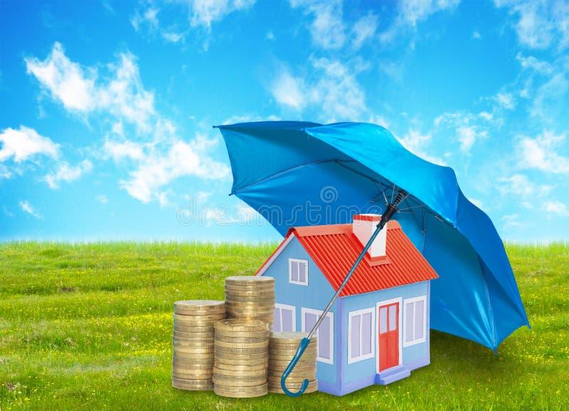 在绿草的伞与云彩天空保护议院铸造储款事务 保护金钱家概念 图库摄影