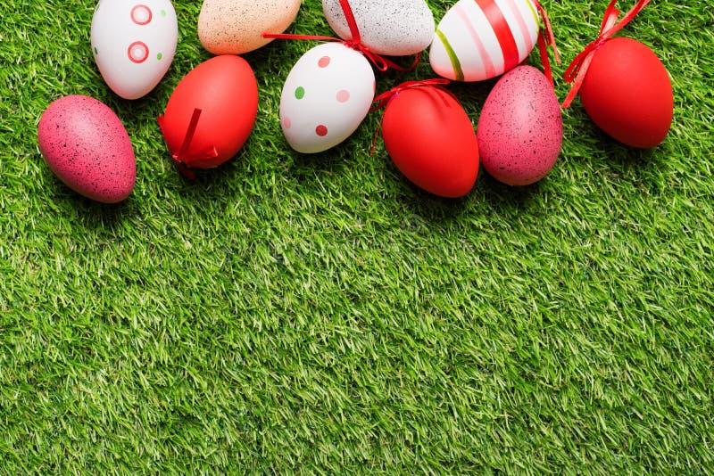在绿草的复活节彩蛋 免版税库存图片