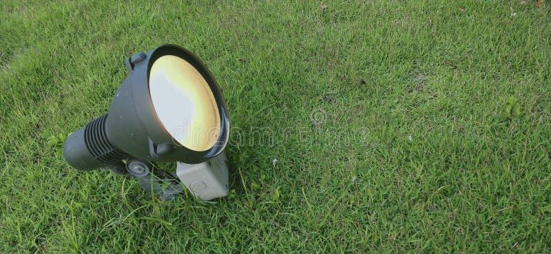 在绿草草坪的聚光灯 免版税库存图片
