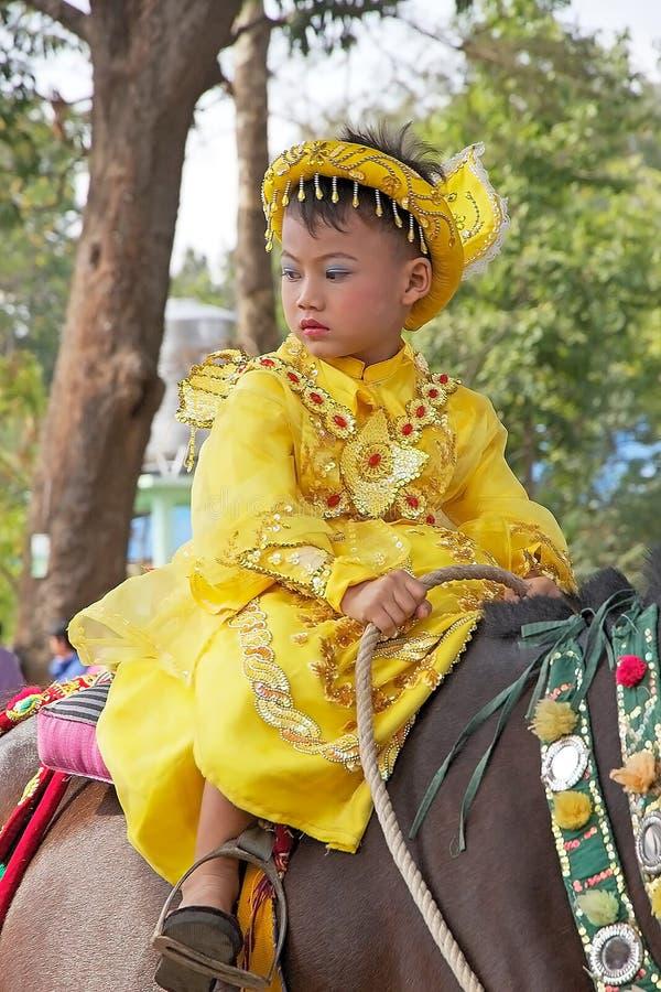 Download 在缅甸的Novitiation仪式 编辑类图片. 图片 包括有 颜色, 衣物, 人们, 旅行, 队伍, 的btu - 59111250