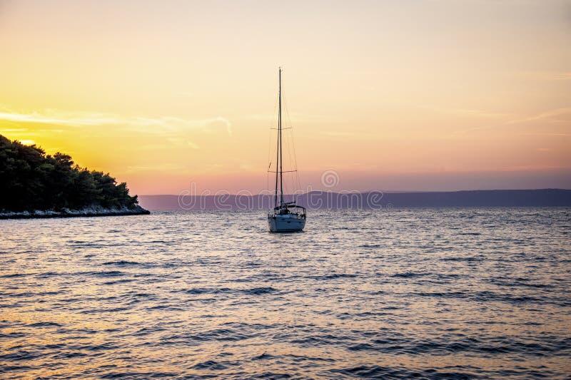在缘膜Luka, KorÄ在日落期间的 ula的风船 免版税库存图片