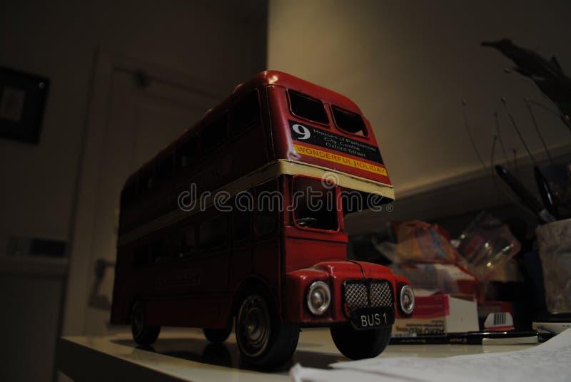 在缩样的英国公共汽车 库存照片