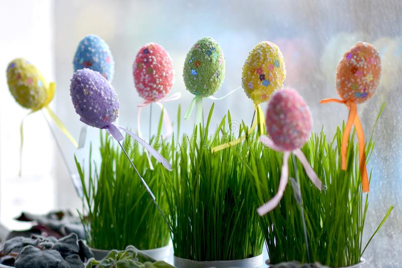 在罐在窗台,复活节彩蛋的绿草 图库摄影