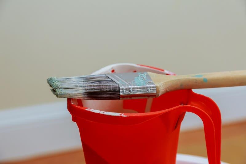 在罐头的画笔 顶视图 整修工具 免版税库存图片