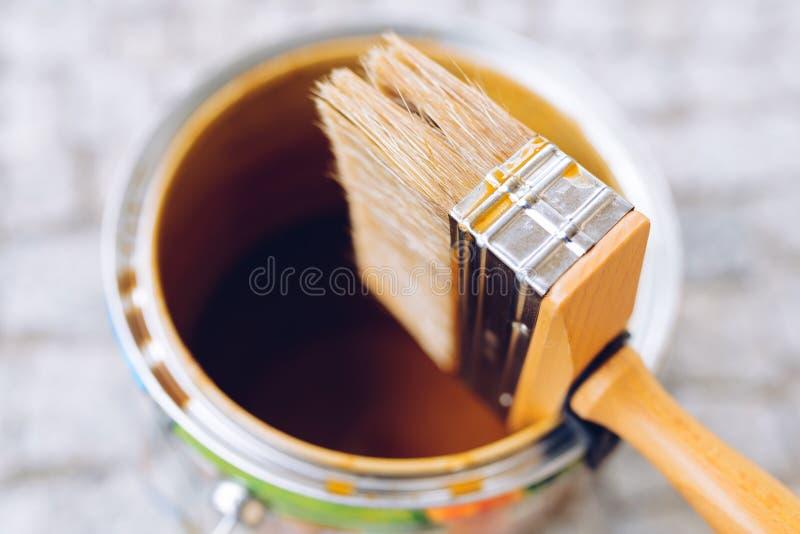 在罐头的画笔 顶视图 议院整修,家改善 免版税图库摄影