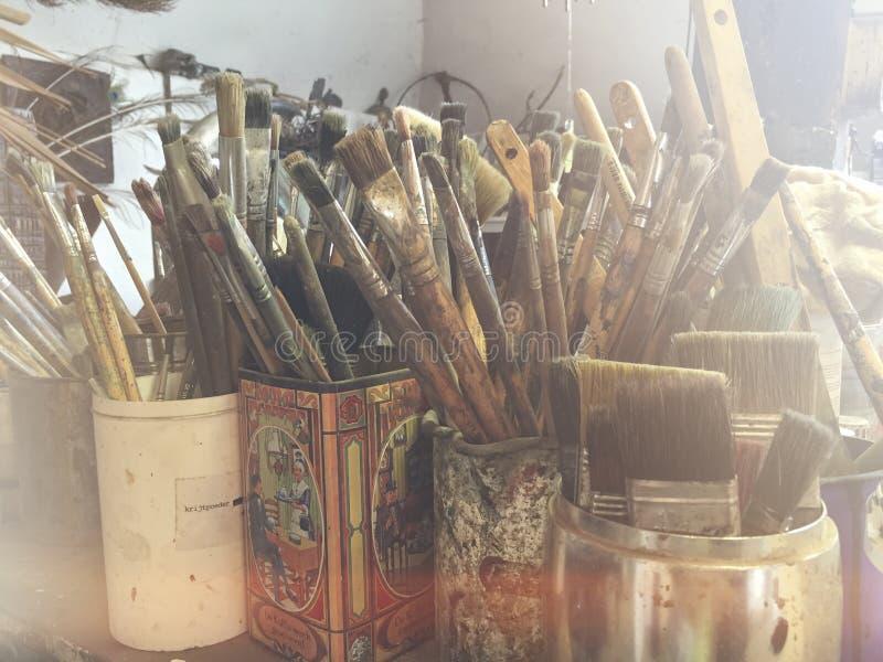 在罐的油漆刷 库存图片
