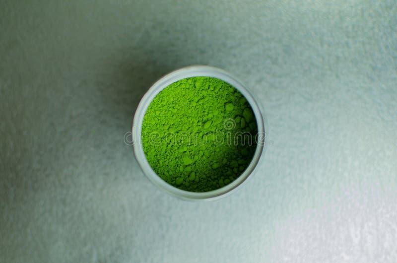 在罐头的日本绿茶粉末 免版税库存图片
