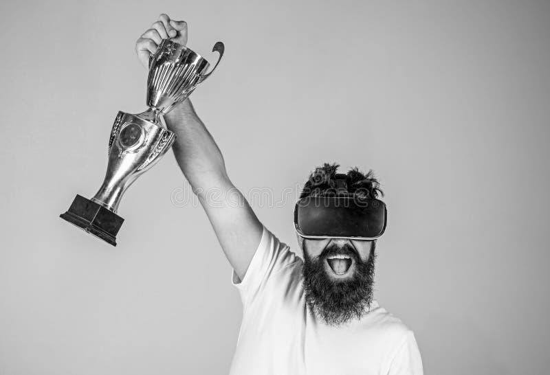 在网上冠军 人优胜者真正竞争 在虚拟现实比赛的感受胜利 获得胜利 行家 免版税库存图片