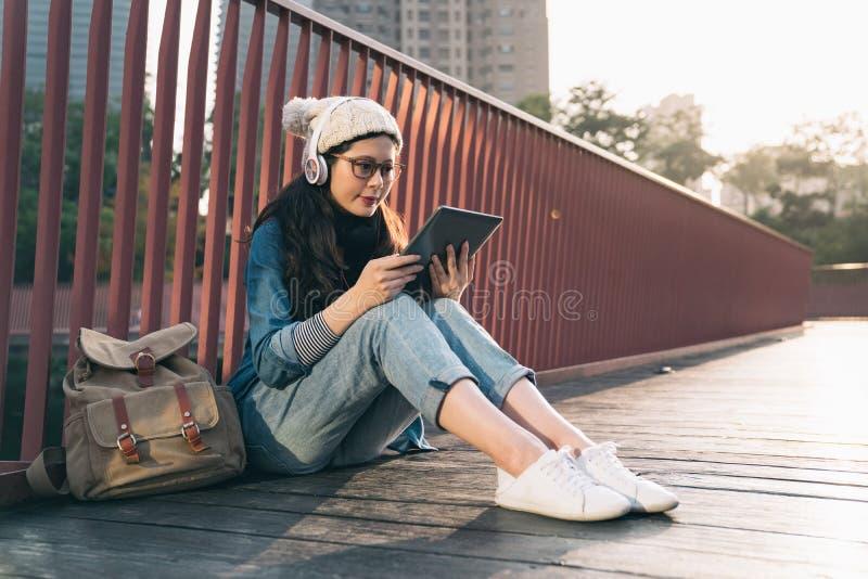 在网上搜寻信息的亚洲学生 免版税库存照片