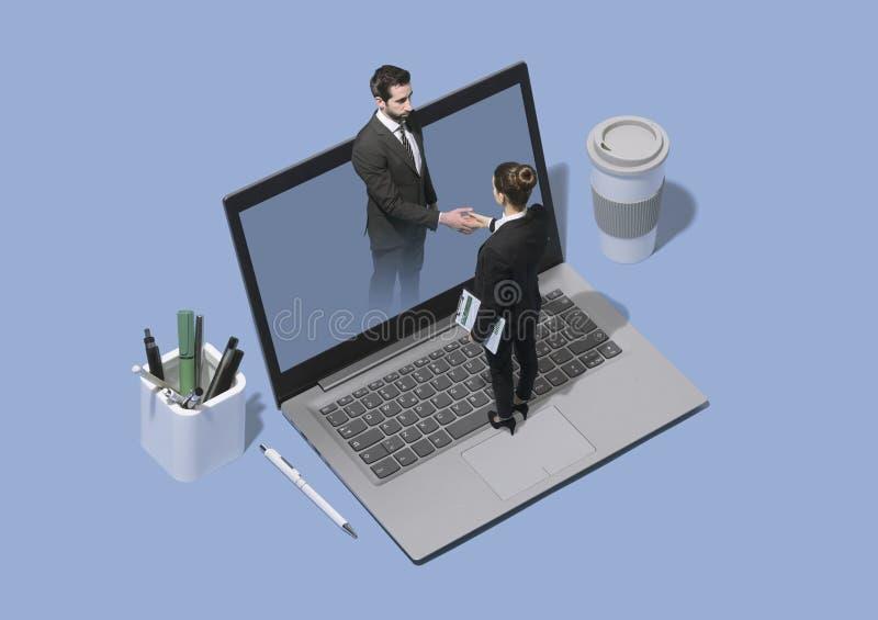 在网上见面和握手的商人 免版税库存图片