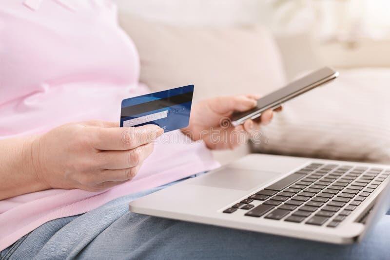 在网上访问财务数据的安全代码 免版税库存照片