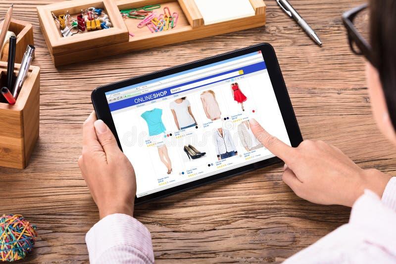 在网上购物的女实业家 免版税图库摄影