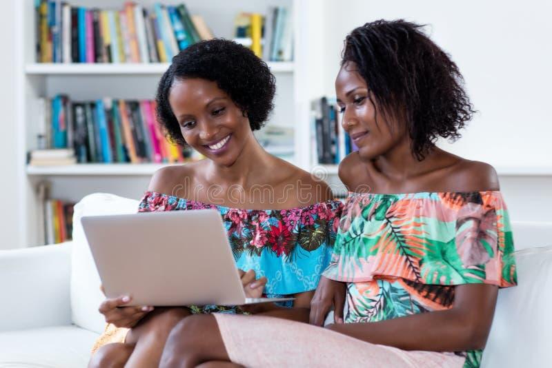 在网上购物非裔美国人的妇女 免版税库存图片