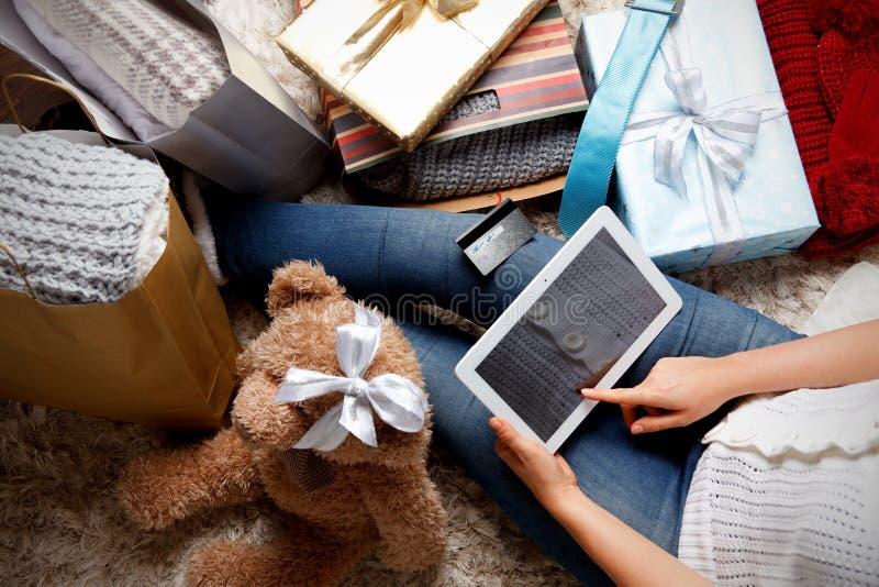 在网上购物圣诞节的妇女 库存照片