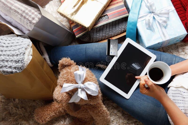 在网上购物在圣诞节的妇女 库存照片