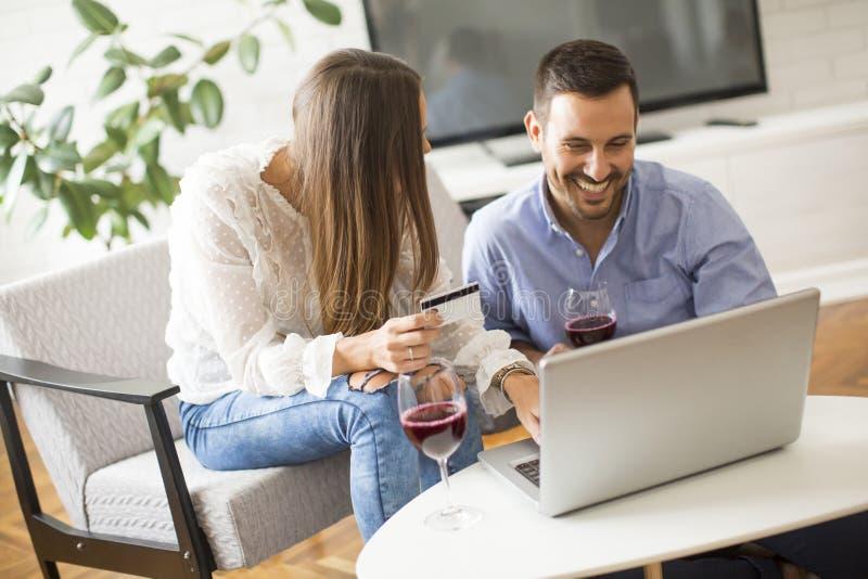 在网上购物快乐的夫妇搜寻互联网和 免版税库存图片