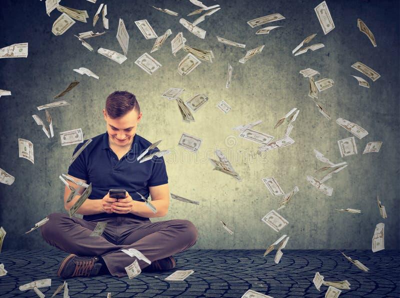 在网上app的美满的人收入金钱 免版税图库摄影