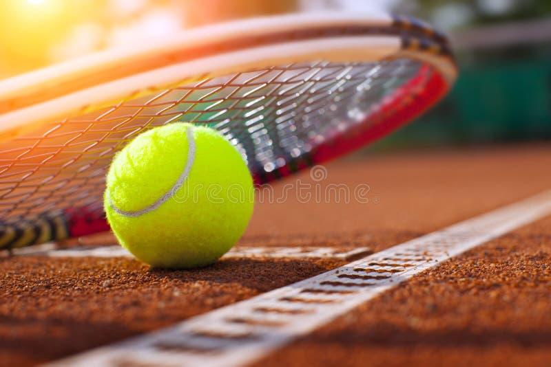在网球场的网球 免版税库存照片