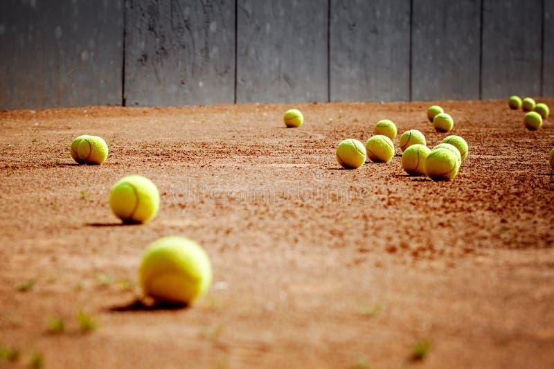 在网球草地网球场的网球,在比赛以后 库存照片