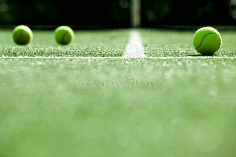 在网球草地网球场的网球 免版税图库摄影