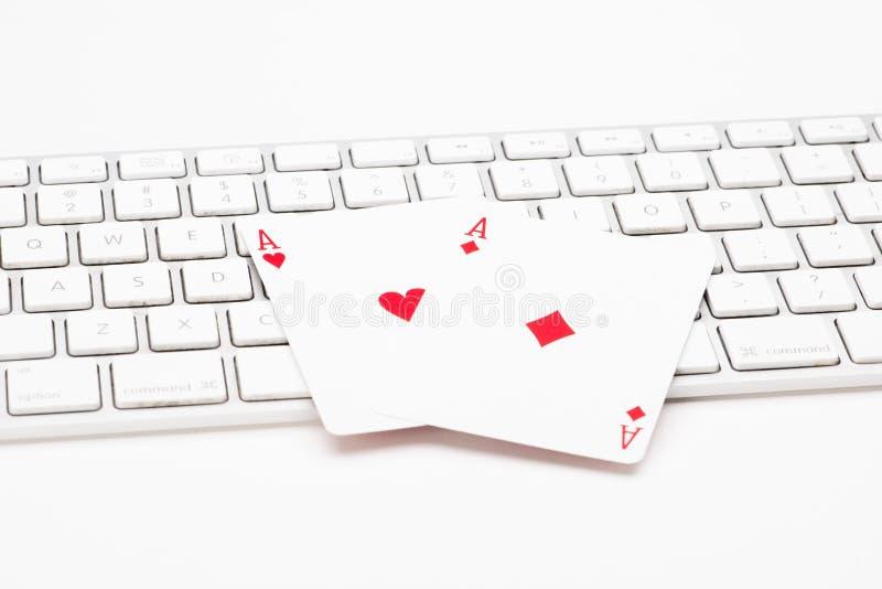 在网键盘的啤牌卡片 免版税库存图片