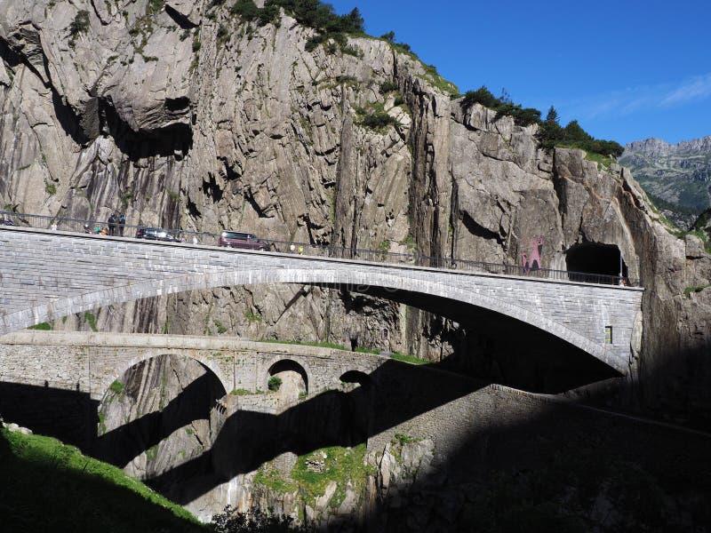 在罗伊斯统治者列表河的St Gotthard和Teufelsbruecke、高山恶魔` s路桥梁和隧道在Andermatt镇,瑞士附近 库存照片