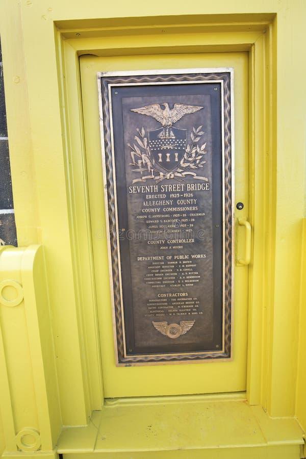 在罗伯托・克莱门特桥梁,匹兹堡,宾夕法尼亚柱子的历史的匾  库存图片