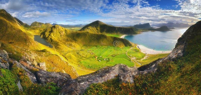 在罗弗敦群岛海岛,挪威上的Haukland海滩 从山Mannen的看法 免版税库存图片