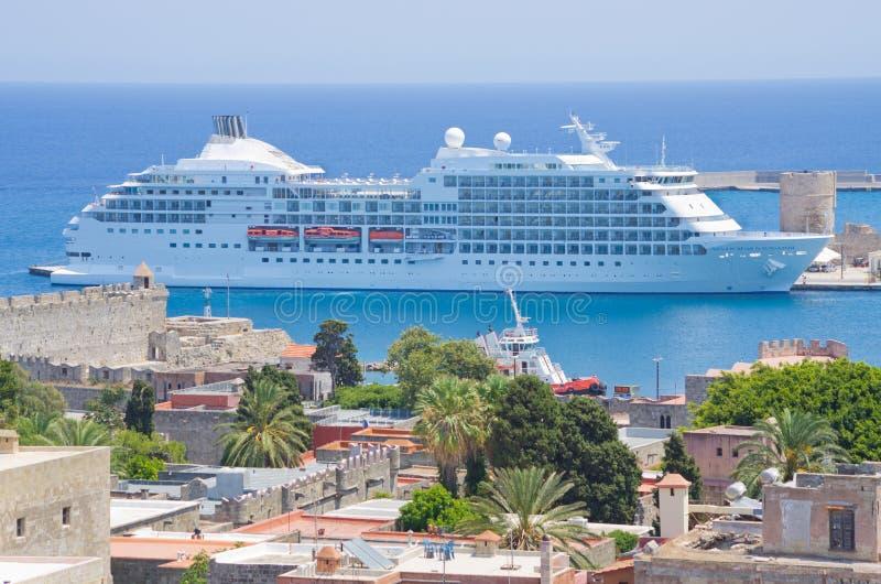 在罗得岛口岸,希腊的游轮 免版税库存图片