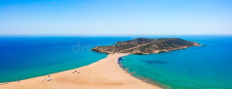 在罗得岛海岛,十二群岛,希腊上的空中俯视图寄生虫照片Prasonisi 有好盐水湖,沙滩和清楚的全景 图库摄影