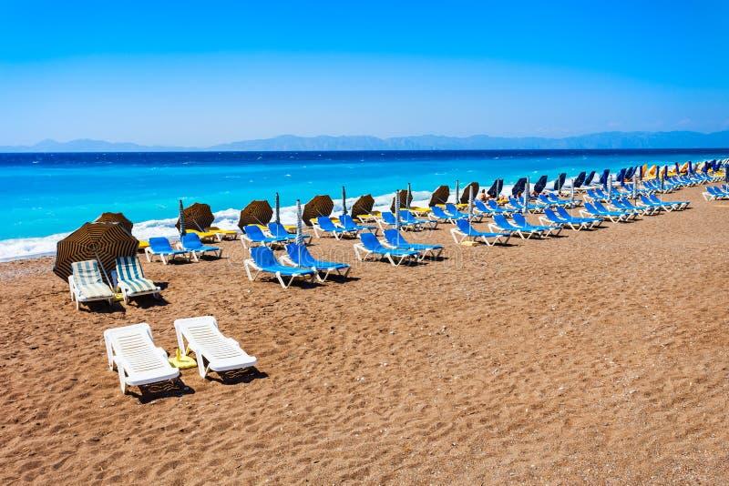 在罗得岛海滩,希腊的Sunbeds 库存图片