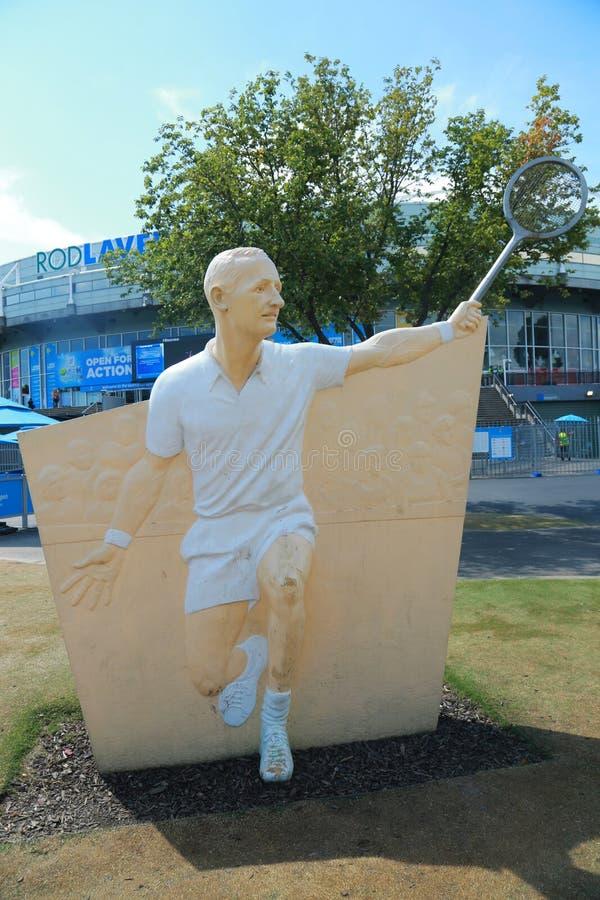 在罗德・拉沃竞技场的前面的罗德・拉沃雕象在澳大利亚网球中心在墨尔本公园 免版税库存图片