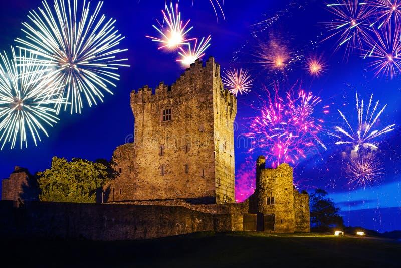 在罗斯城堡的烟花 免版税库存照片