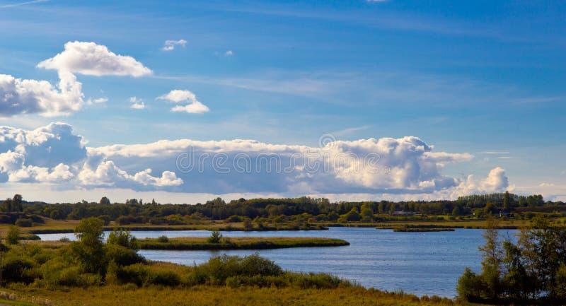 在罗斯基勒,丹麦附近的美丽的湖 免版税库存照片