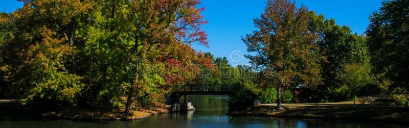 在罗杰威廉斯公园,上帝, RI的秋天 免版税库存图片