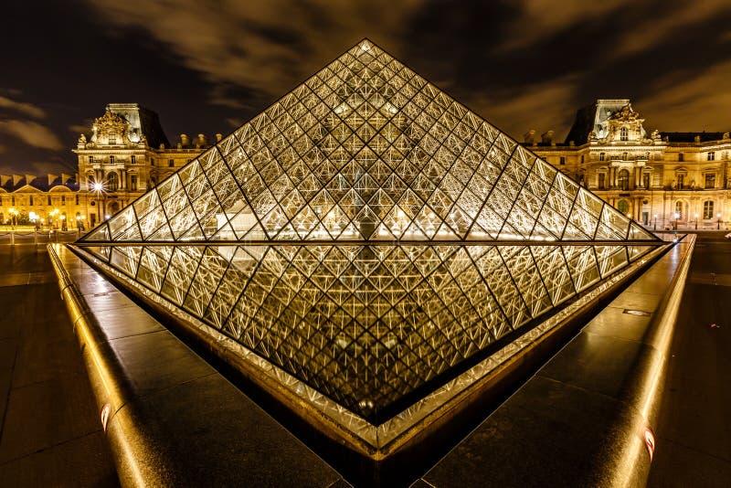 在罗浮宫前面的玻璃金字塔,巴黎,法国 免版税库存图片
