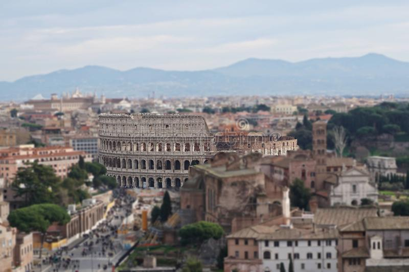 在罗马后,在夏天下午的意大利街道的罗马斗兽场  库存图片